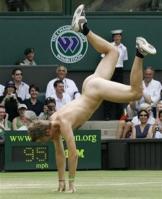 sempre tem um peladão, né? esse aí tá de tênis...